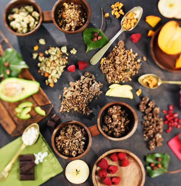 Granola in posodice s sušenim sadjem ter semeni