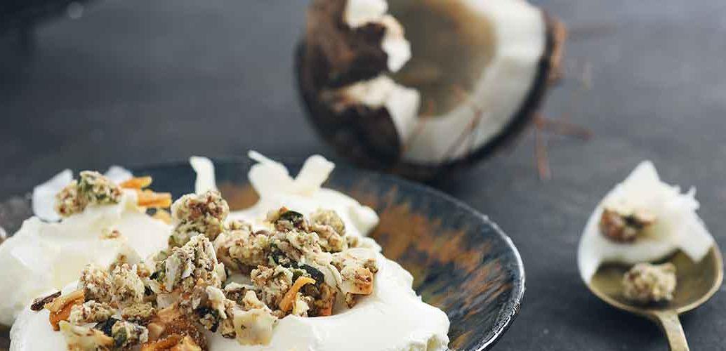 Granola s svežim grškim jogurtom in kokosom